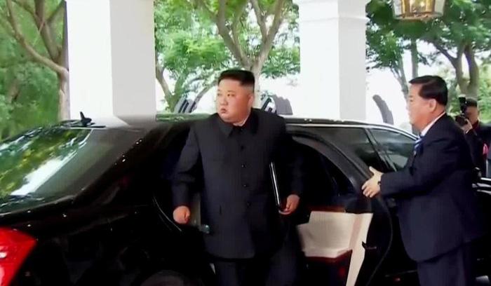 Ngôn ngữ cơ thể hai ông Trump, Kim tại cuộc gặp nói lên nhiều điều - Ảnh 1.