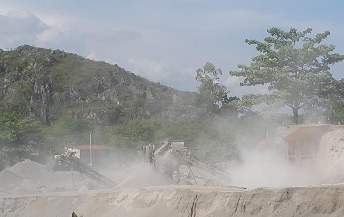 Di tích chùa Hàn Sơn nứt toác, nhà dân sụt lún vì nổ mìn mỏ đá - Ảnh 2.