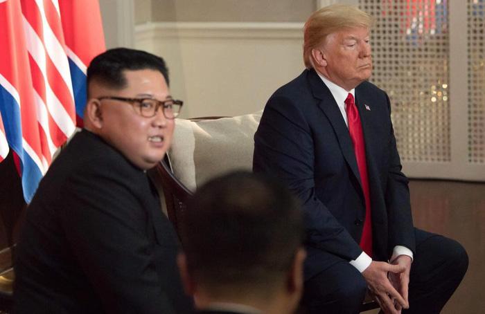 Ngôn ngữ cơ thể hai ông Trump, Kim tại cuộc gặp nói lên nhiều điều - Ảnh 4.