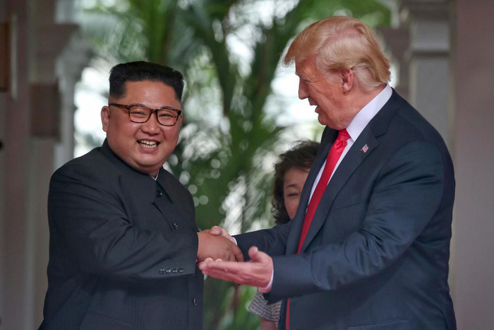 Ngôn ngữ cơ thể hai ông Trump, Kim tại cuộc gặp nói lên nhiều điều - Ảnh 2.