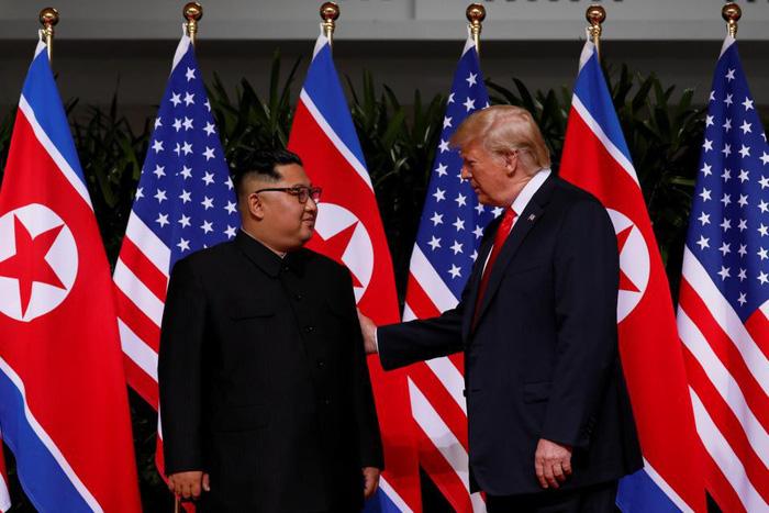 Ngôn ngữ cơ thể hai ông Trump, Kim tại cuộc gặp nói lên nhiều điều - Ảnh 3.