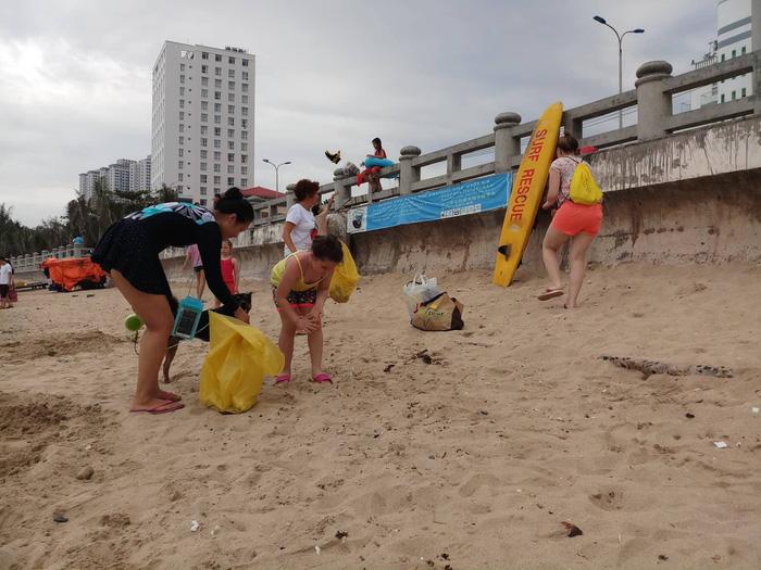 Nhóm khách Nga dọn rác trên bãi biển Nha Trang - Ảnh 1.
