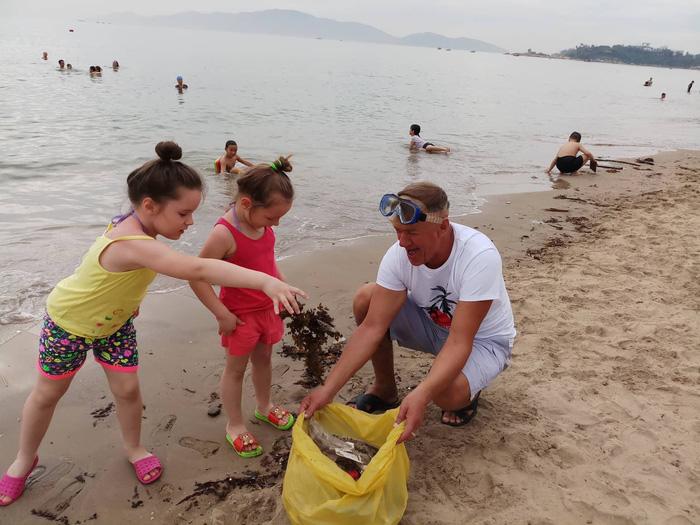 Nhóm khách Nga dọn rác trên bãi biển Nha Trang - Ảnh 3.