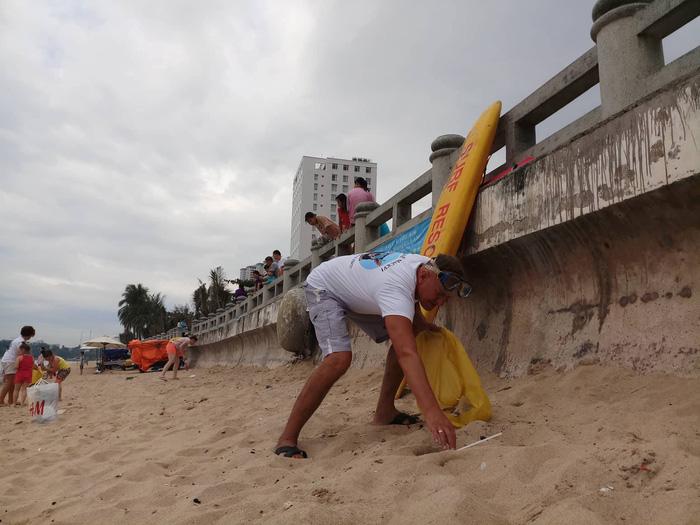 Nhóm khách Nga dọn rác trên bãi biển Nha Trang - Ảnh 2.