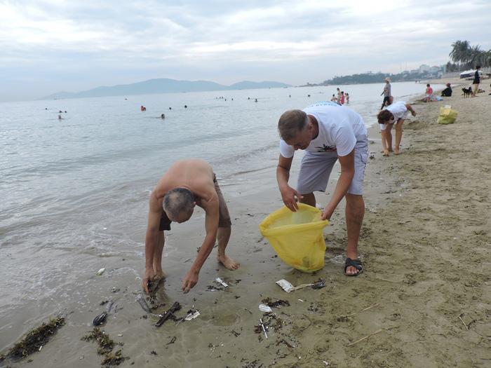 Nhóm khách Nga dọn rác trên bãi biển Nha Trang - Ảnh 4.