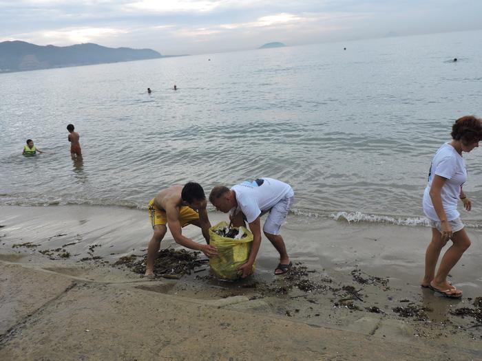 Nhóm khách Nga dọn rác trên bãi biển Nha Trang - Ảnh 5.