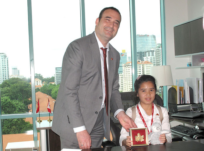 Nữ sinh trung học ngồi ghế tổng lãnh sự Canada - Ảnh 1.