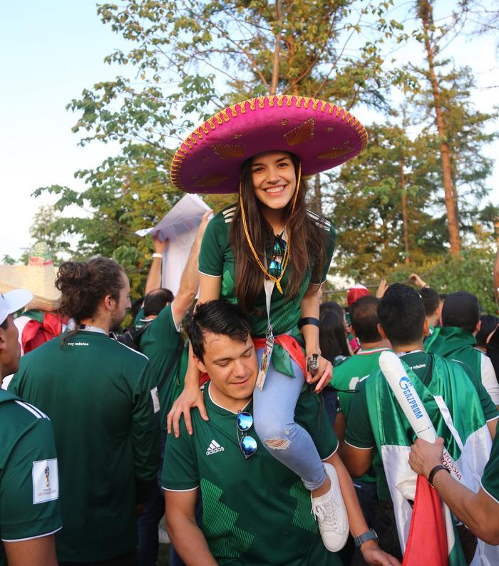 Cầu thủ Mexico ghi bàn, các bóng hồng Mexico ghi điểm - Ảnh 1.
