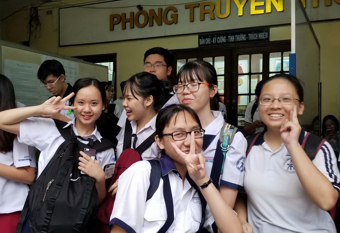 Thí sinh thi tuyển sinh lớp 10 cười tươi sau giờ thi ngoại ngữ - Ảnh 3.