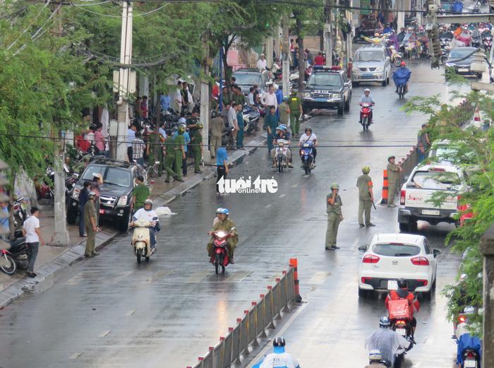 Truy tìm tung tích 2 nam thanh niên ném vật nổ vào công an phường 12, quận Tân Bình