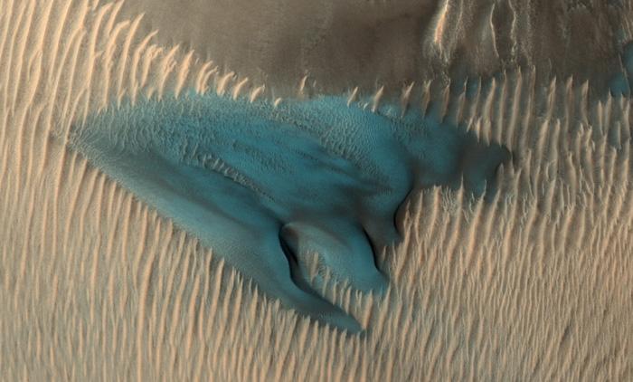 Đụn cát màu xanh bí ẩn trên Sao Hỏa - Ảnh 1.