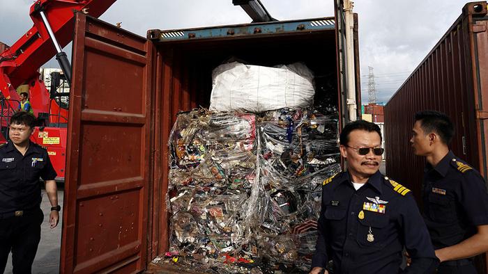 Rác thải độc hại đổ vào châu Á, cơn sóng thần còn chưa bắt đầu? - Ảnh 1.