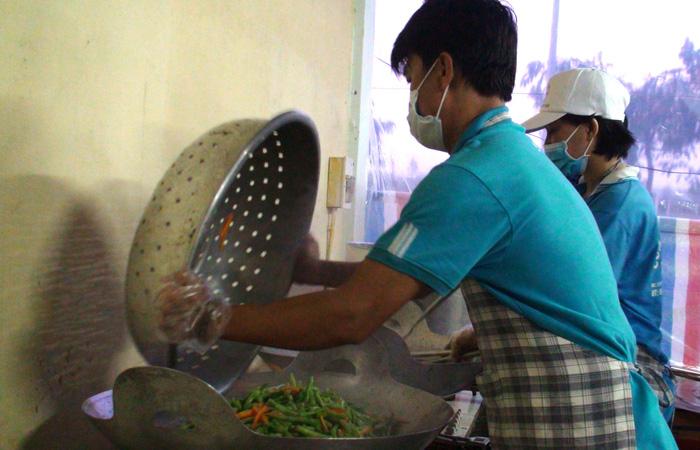 'Khu căn cứ' đặc biệt nấu ăn cho sĩ tử Vĩnh Long - Ảnh 1.