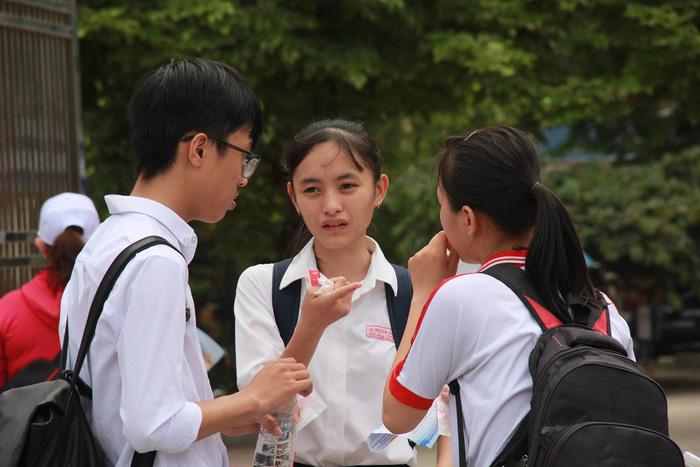 Kết quả hình ảnh cho Thí sinh bật khóc sau giờ thi Toán ở Sài Gòn