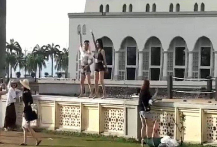 Dân Malaysia giận dữ vì du khách nhảy uốn éo trước nhà thờ Hồi giáo - Ảnh 3.