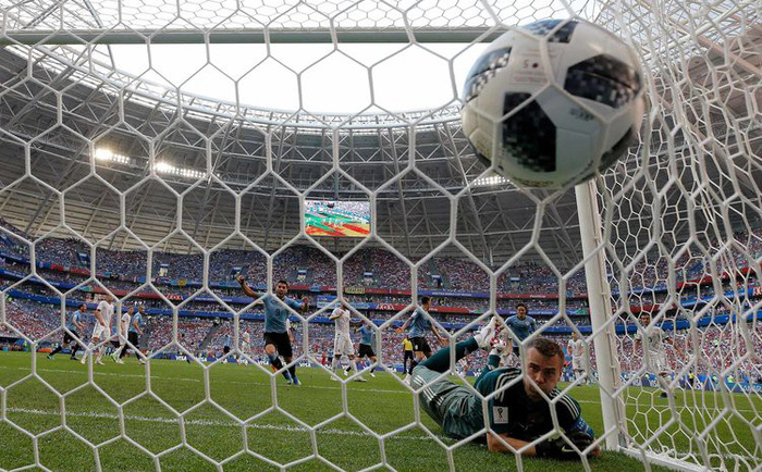 Những khoảnh khắc tràn đầy cảm hứng thể thao vòng bảng World Cup - Ảnh 1.