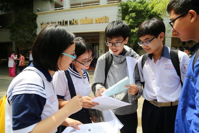 Thí sinh thi lớp 10 TP.HCM nói đề toán bình thường nhưng dài - Ảnh 1.
