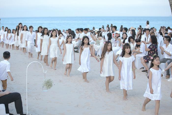 bst-lalabebes-duoc-trinh-dien-chuyen-nghiep-boi-nhung-nguoi-mau-nhi19-1530351319334616859273.jpeg