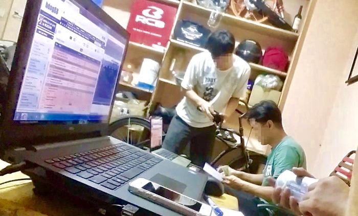 :Nhà cái bố trí hai máy tính để theo dõi tỉ lệ đặt cược ghi độ cho các con bạc tại tụ điểm quán cafe đường Trường Sa (Q. Tân Bình) - Ảnh: Quang Thế