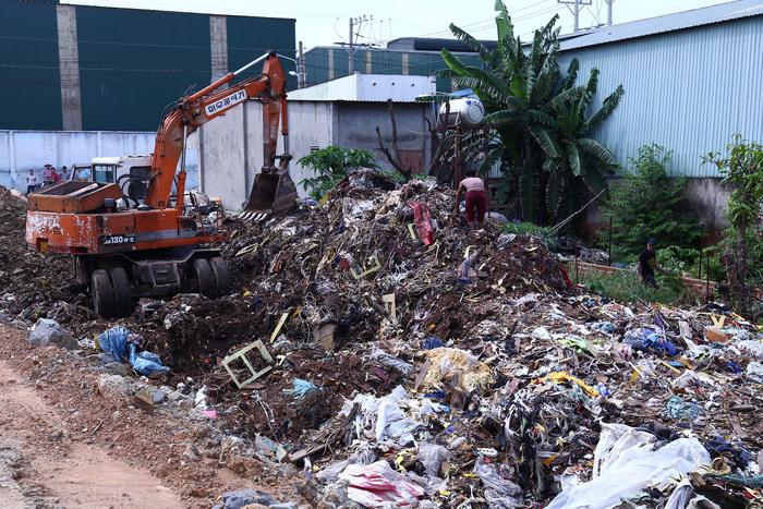 Bắt quả tang cơ sở chôn trộm 80 tấn rác thải công nghiệp - Ảnh 1.