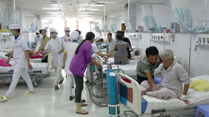 Thu nhập thấp, hàng loạt bác sĩ bệnh viện công ĐBSCL nghỉ việc - Ảnh 1.