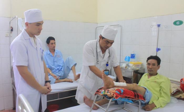 Thu nhập thấp, hàng loạt bác sĩ bệnh viện công ĐBSCL nghỉ việc - Ảnh 4.
