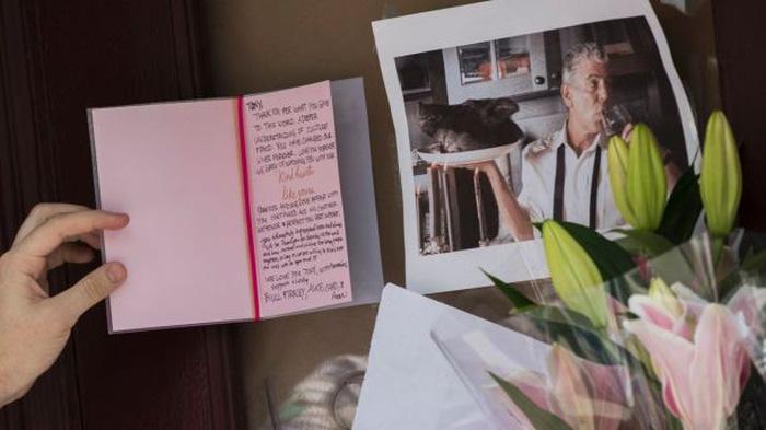Đầu bếp Anthony Bourdain tự tử bằng dây lưng áo choàng tắm - Ảnh 1.
