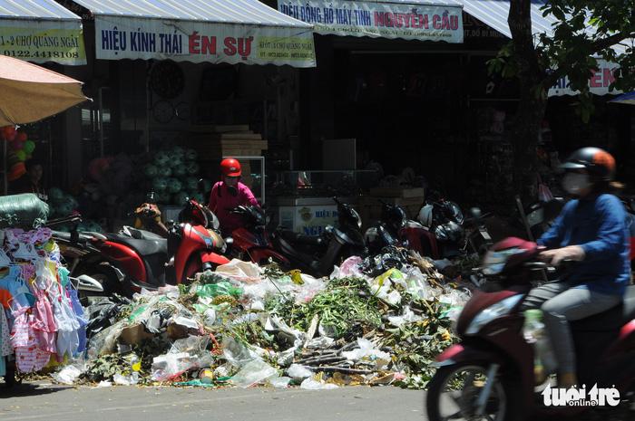 Đối thoại nảy lửa, dân vẫn chưa cho xe vào bãi rác Nghĩa Kỳ