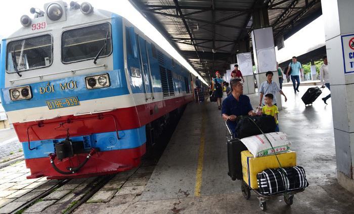 Khách ngày càng giảm, tàu lửa lại càng tăng giá vé - Ảnh 1.