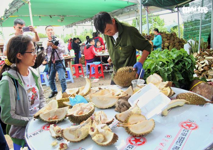 Ùn ùn đi ăn sầu riêng siêu rẻ, chỉ 19.000 đồng/kg - Ảnh 1.
