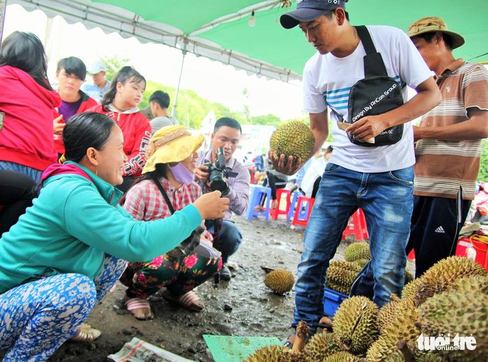 Ùn ùn đi ăn sầu riêng siêu rẻ, chỉ 19.000 đồng/kg - Ảnh 3.