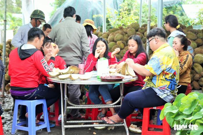 Ùn ùn đi ăn sầu riêng siêu rẻ, chỉ 19.000 đồng/kg - Ảnh 5.