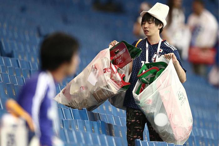 Nhật thua, fan Nhật vừa khóc nức nở lại vừa nhặt rác trên khán đài - Ảnh 6.