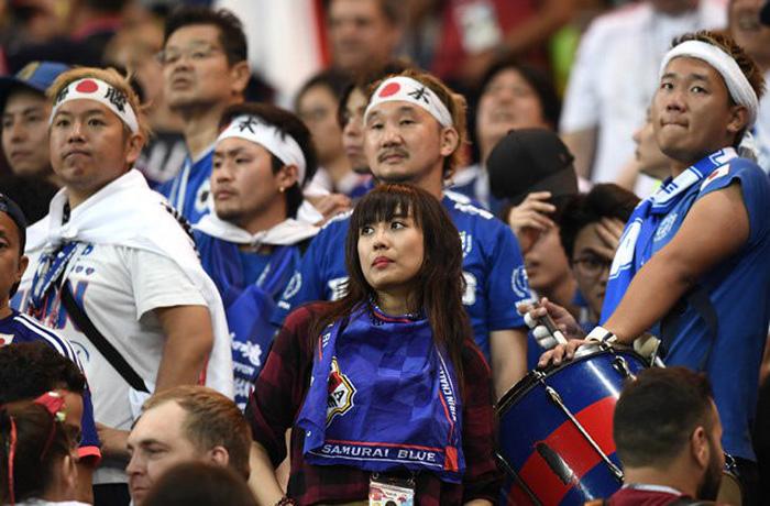 Nhật thua, fan Nhật vừa khóc nức nở lại vừa nhặt rác trên khán đài - Ảnh 9.