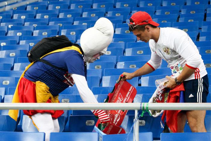 Nhật thua, fan Nhật vừa khóc nức nở lại vừa nhặt rác trên khán đài - Ảnh 2.
