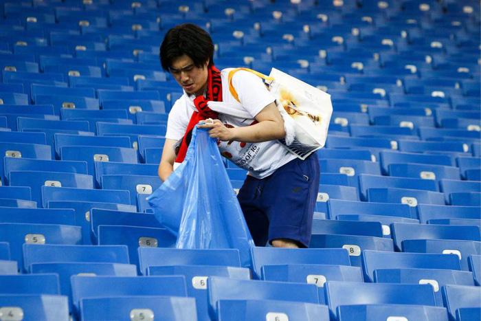 Nhật thua, fan Nhật vừa khóc nức nở lại vừa nhặt rác trên khán đài - Ảnh 8.