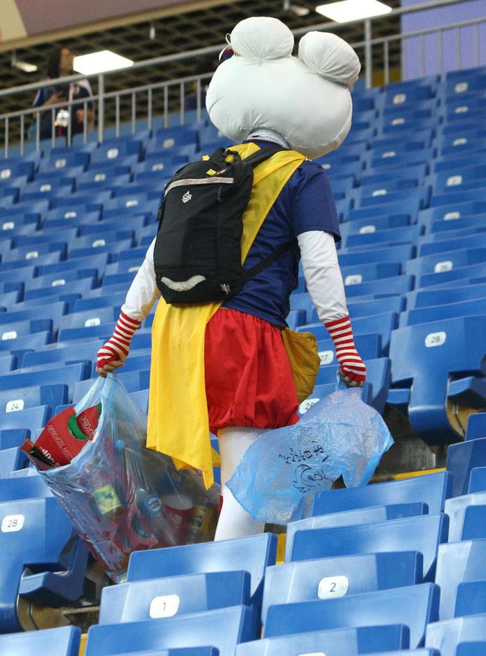 Nhật thua, fan Nhật vừa khóc nức nở lại vừa nhặt rác trên khán đài - Ảnh 3.