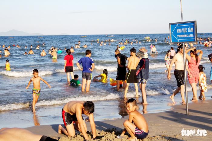 Nhiều người tắm biển Mỹ Khê bị mẩn ngứa bất thường - Ảnh 1.