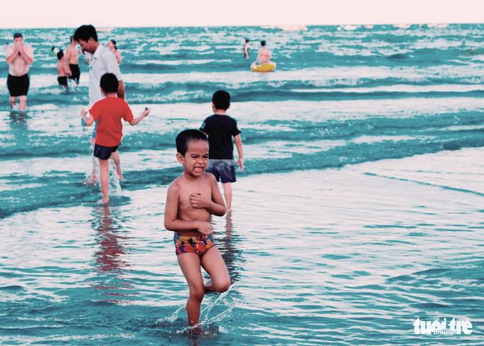 Nhiều người tắm biển Mỹ Khê bị mẩn ngứa bất thường - Ảnh 3.
