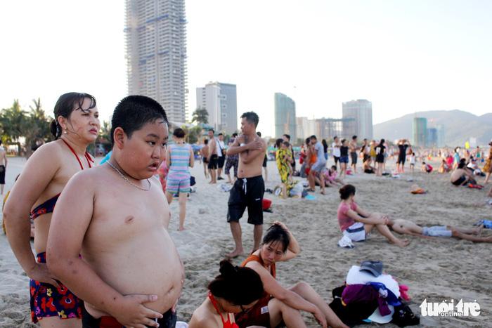 Nhiều người tắm biển Mỹ Khê bị mẩn ngứa bất thường - Ảnh 5.