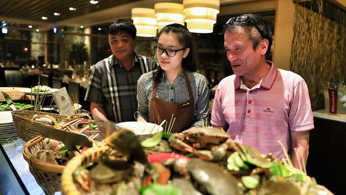 Người Việt ùn ùn vào khách sạn 5 sao, xài sang hơn khách quốc tế - Ảnh 1.
