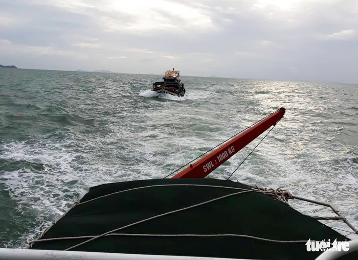 Cứu 14 ngư dân trên con tàu bị sóng biển đánh tràn nước - Ảnh 1.