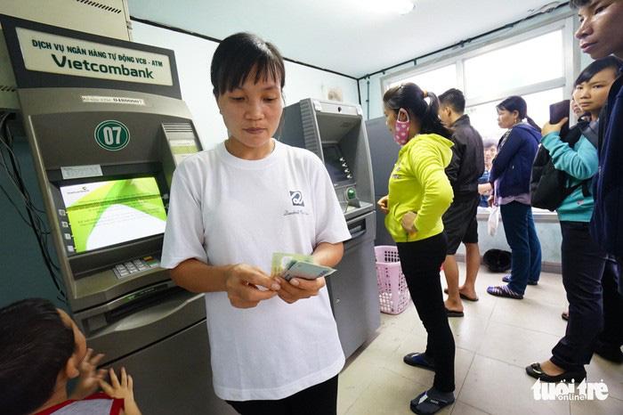Vietcombank lại thông báo tăng phí rút tiền ATM nội mạng - Ảnh 1.