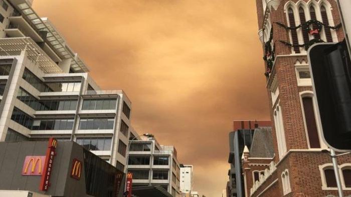 Bầu trời thành phố Úc bị nhuộm cam - Ảnh 4.