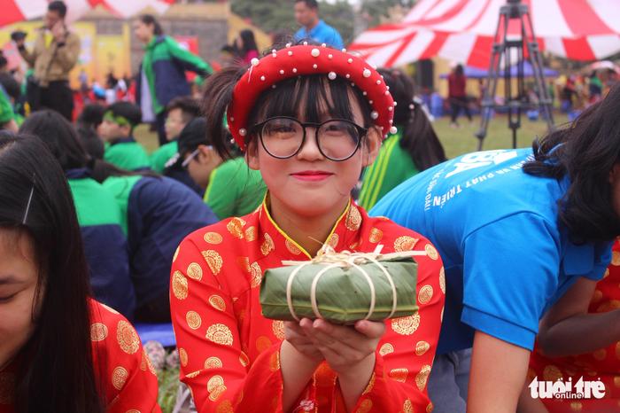 Học sinh Hà Nội gói bánh chưng tặng em nhỏ vùng cao - Ảnh 1.