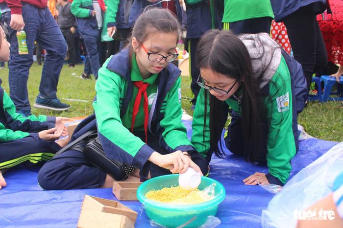 Học sinh Hà Nội gói bánh chưng tặng em nhỏ vùng cao - Ảnh 2.