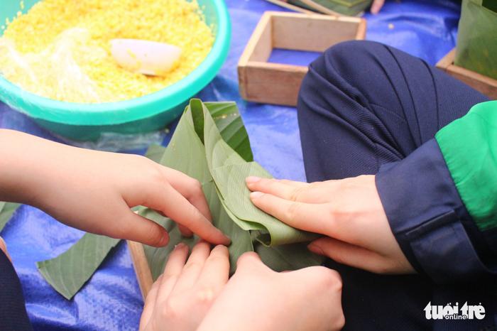 Học sinh Hà Nội gói bánh chưng tặng em nhỏ vùng cao - Ảnh 5.