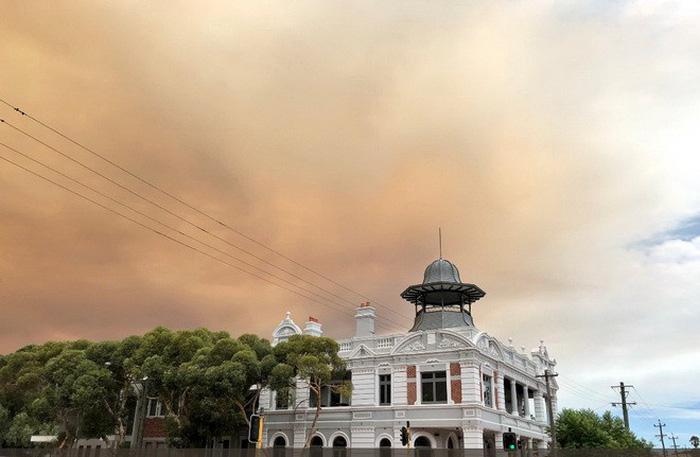 Bầu trời thành phố Úc bị nhuộm cam - Ảnh 8.