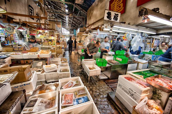 Đi chợ cá Tsukiji ăn 7 món ngon đường phố - Ảnh 1.