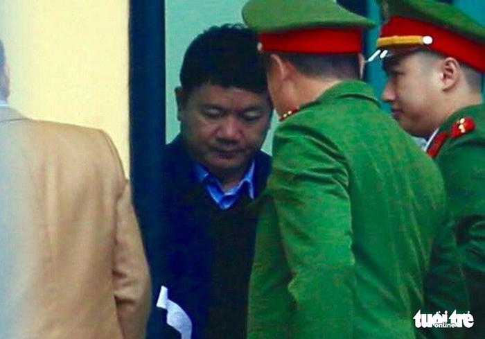 Nhiều người nước ngoài đến dự phiên xử ông Đinh La Thăng - Ảnh 2.